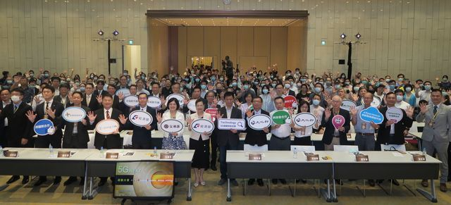 「5G NEXT跨部會合作啟動大會」全體合影。   陳華焜/攝影