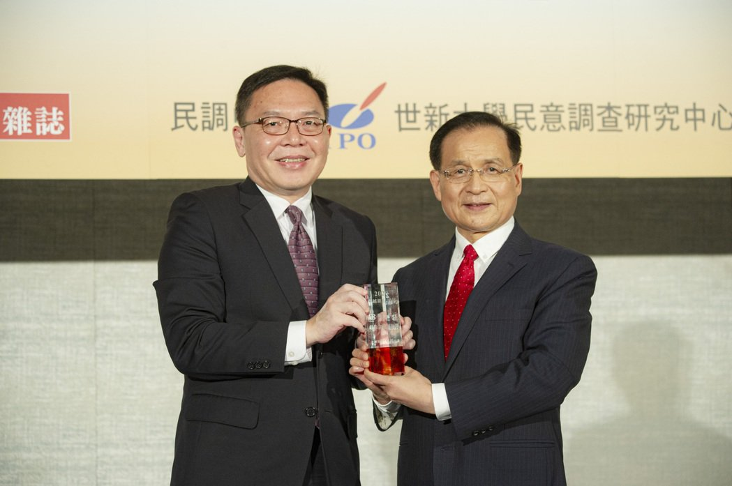 聯邦銀行副總經理許維文(右)代表出席領取2020卓越銀行評比的「最佳金融創新獎」...