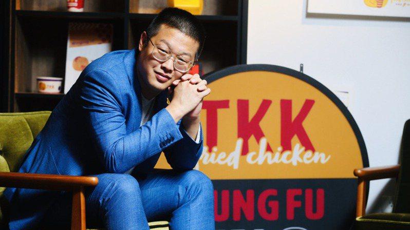 「我們的目標,是超越台灣麥當勞。」作為台灣第一個本土連鎖炸雞品牌,頂呱呱發言人劉人豪接受經濟日報訪問時第一句話就展現強烈的企圖心。記者葉信菉/攝影