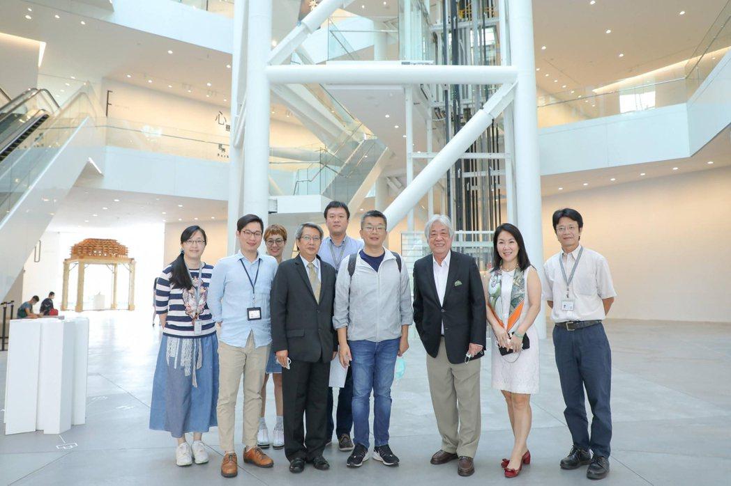 立法院副院長蔡其昌(第一排右四)14日造訪南美館。  南美館 提供