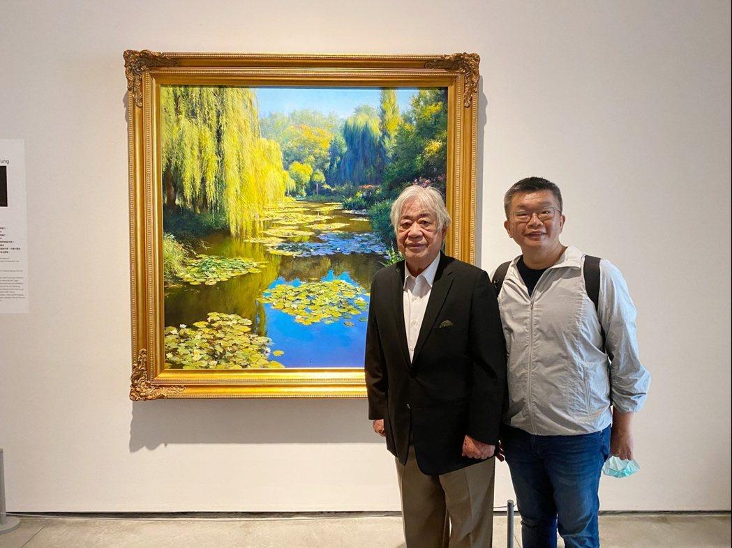 蔡其昌副院長十分喜愛陳輝東的作品,開心在〈莫內花園〉作品前合影。  南美館 提供