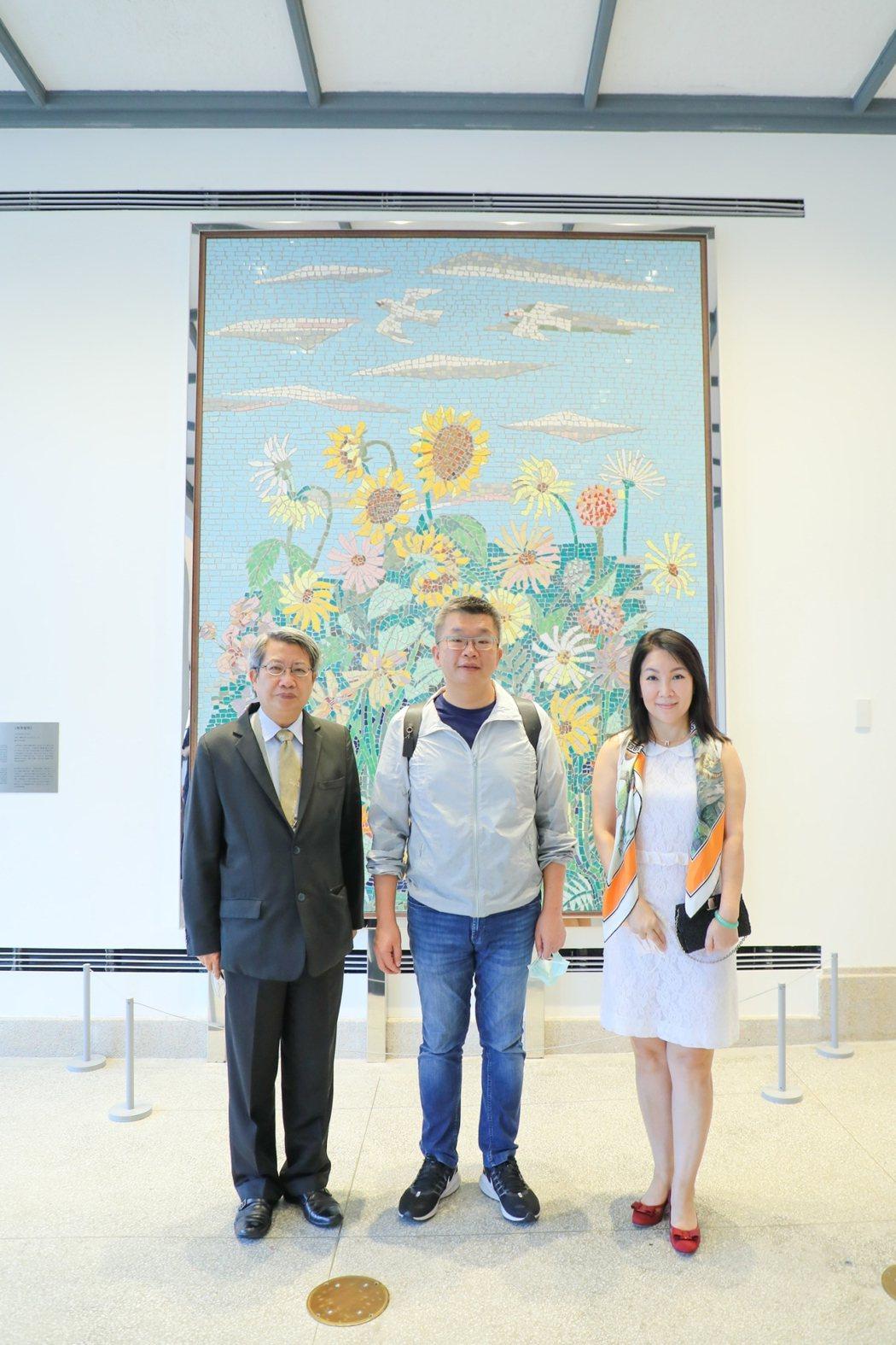 蔡副院長在南美館顏水龍的〈熱帶植物〉磁磚畫前留影。  南美館 提供