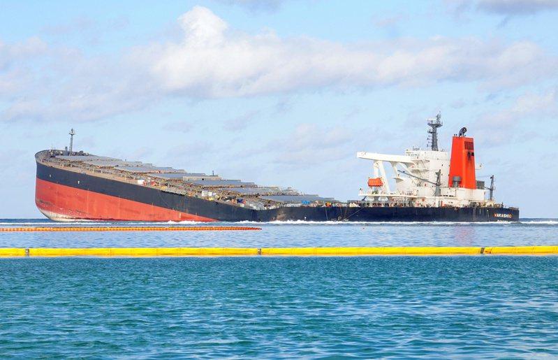 日本貨輪WAKASHIO於7月25日在印度洋模里西斯外海觸礁,漏出約1000公噸燃油。 路透社