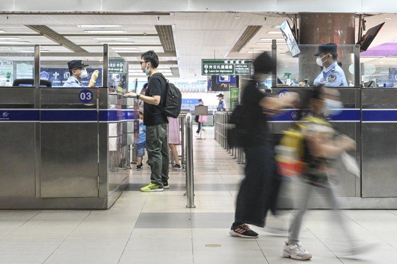 位於廣東省珠海市的拱北口岸內,旅客有序入境。 中新社