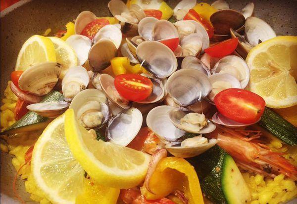 這是筆者自己做的西班牙海鮮烤飯,讀者會否直覺認為與正統的西班牙海鮮飯食材大不同?(容後述)