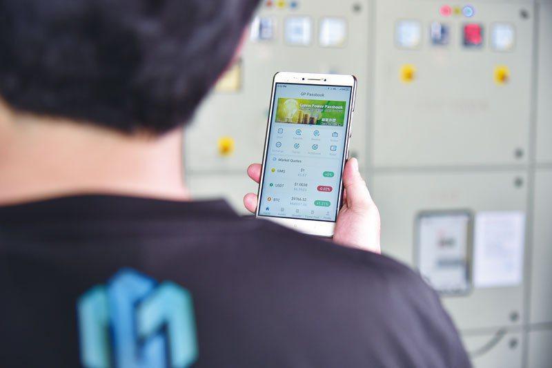 只需一隻手機使用綠電存摺APP,就能簡單參與投資全球再生能源微電站,即時掌握發電狀況。