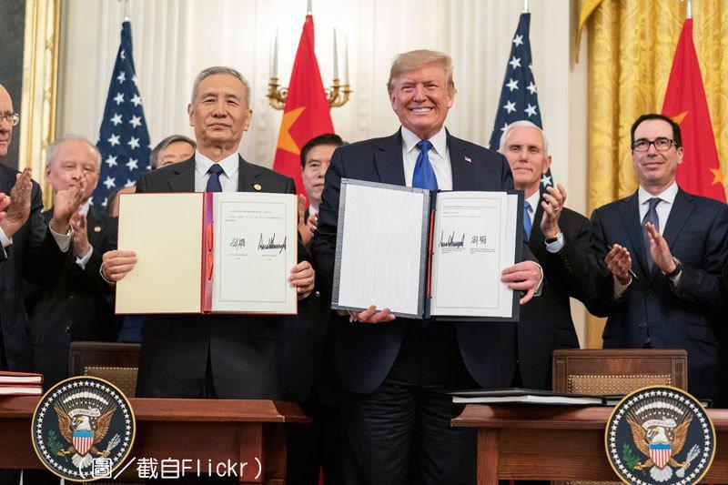 中美兩國簽屬《美國與中國第一階段貿易協定》。 (圖/截自fickr,Shealah Craighead攝)