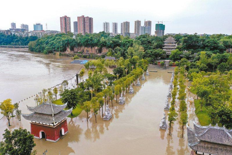 大陸今年洪澇嚴重,逾6000萬人次受災。圖為重慶市潼南區大佛寺景區廣場遭淹沒。 (新華社)