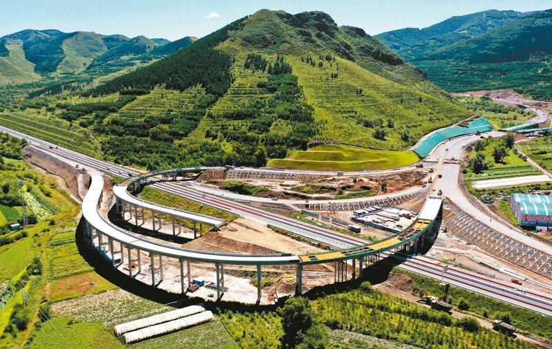 上半年京津冀地區生產總值近3.9兆元人民幣,圖為施工中的北京延慶至河北崇禮的延崇高速公路白旗互通樞紐工程。(新華社)