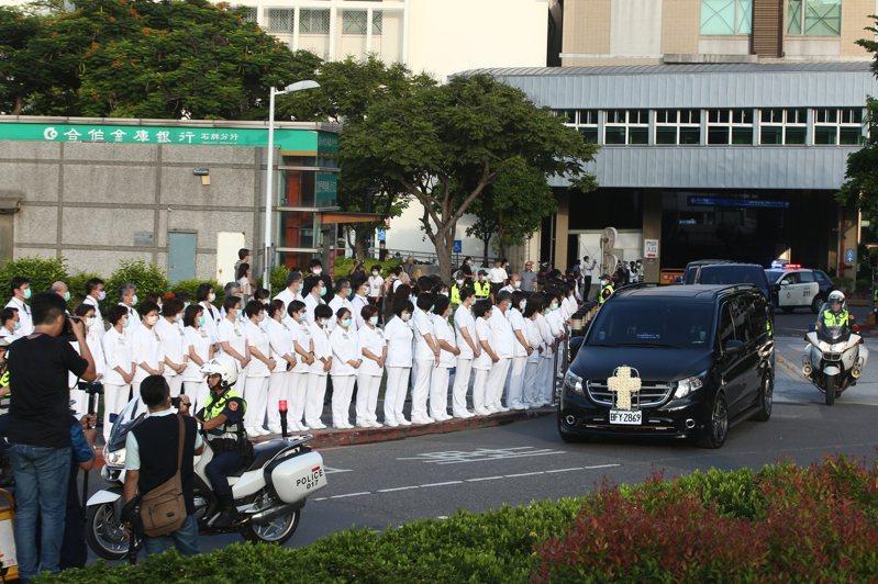 前總統李登輝靈柩車隊從北榮離開,數百名台北榮總醫護人員列隊送行。記者蘇健忠/攝影