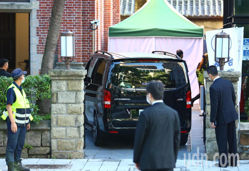 故前總統李登輝的移靈車隊,上午七點緩緩開進濟南教會。記者杜建重/攝影