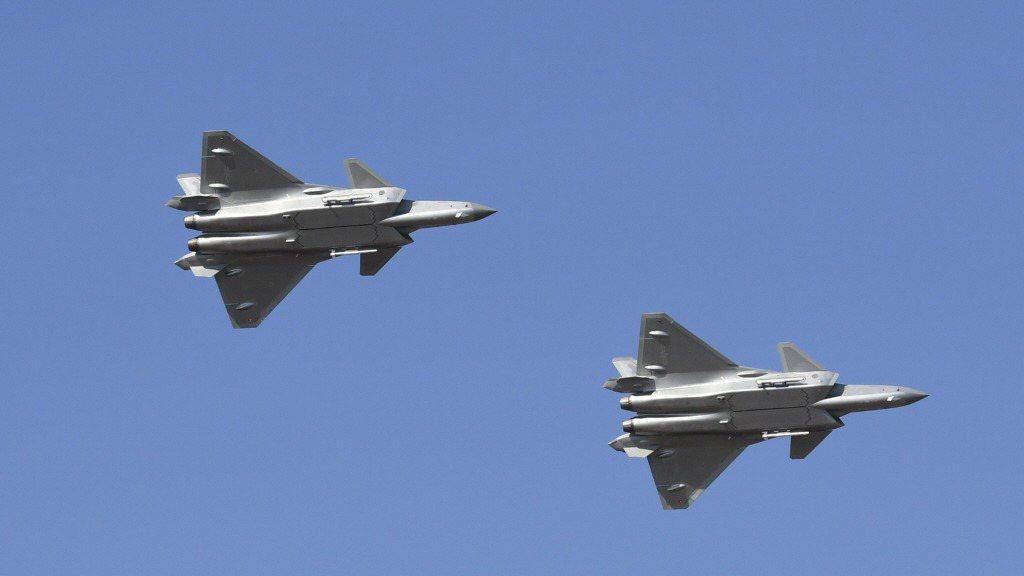 圖為大陸新一代隱形戰鬥機殲-20去年10月進行雙機飛行展示,透過小角度上升轉彎、...