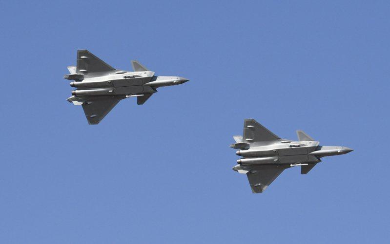 圖為大陸新一代隱形戰鬥機殲-20去年10月進行雙機飛行展示,透過小角度上升轉彎、單機加力戰鬥轉彎、單機直線拉起斜翻滾等動作,展現戰機的性能和飛行員的技能。中新社
