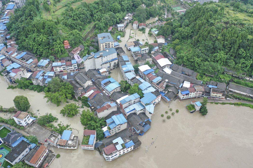 涪江洪水13日倒灌進重慶市潼南區,14日又傳出,長江2020年第4號洪水已在上游...