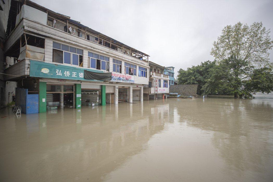 受上游強降雨影響,重慶市潼南區受13日出現江水倒灌,多處淹水情況嚴重。新華社