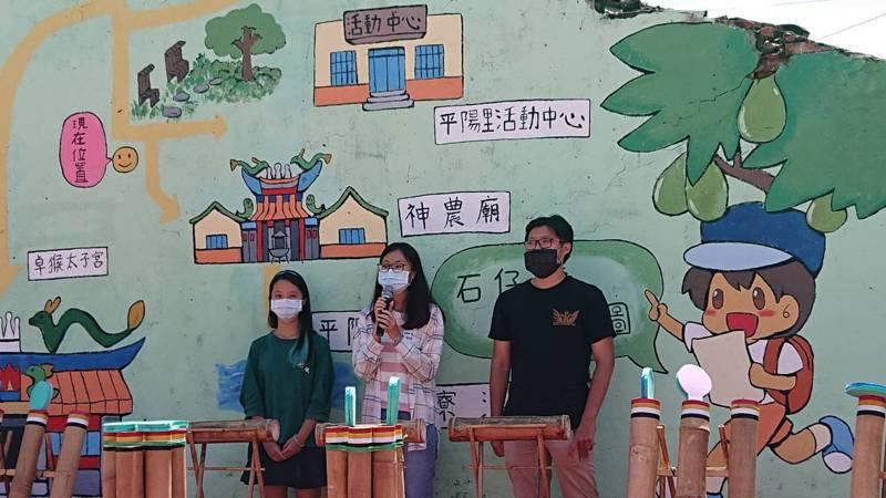 南應大漫畫系同學為平陽社區彩繪。圖/台南科大提供