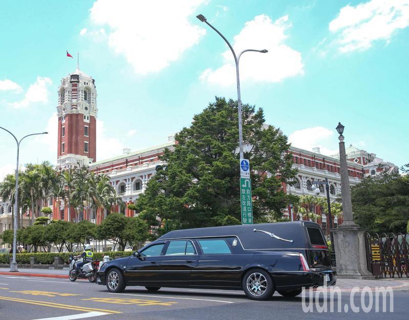 故前總統李登輝出殯車隊上午經過總統府。記者葉信菉/攝影