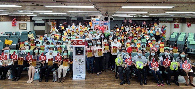 台南市政府今天舉辦AED安心場所授證表揚。圖/台南市衛生局提供