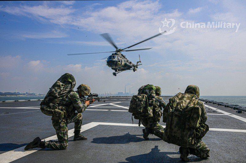 中共陸軍73集團軍的俄製Mi-17直升機,在沂蒙山號登陸艦的甲板上空盤旋。圖/取自中國軍網