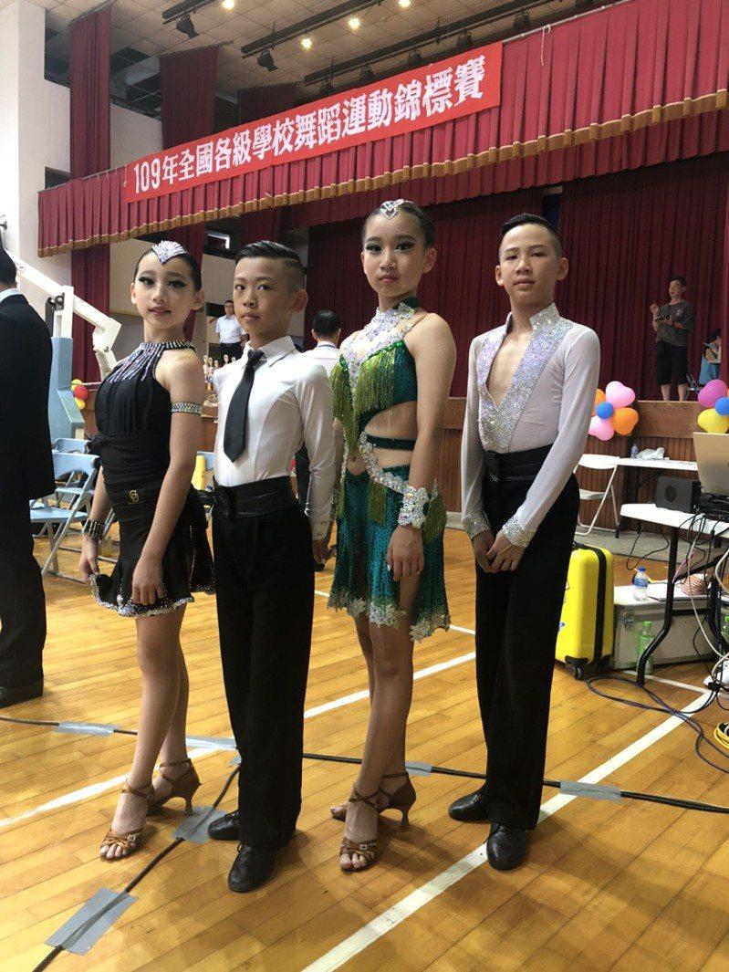 「國標舞錦標賽」日前在台灣比賽,金門的4位選手跨海參賽,包括國小畢業生林冠佑、13歲國一學生唐嘉琝、11歲國小五年級學生林冠均、11歲國小五年級學生許芸瑄(由右至左)跨海參賽。圖/金門縣舞蹈運動委員會提供