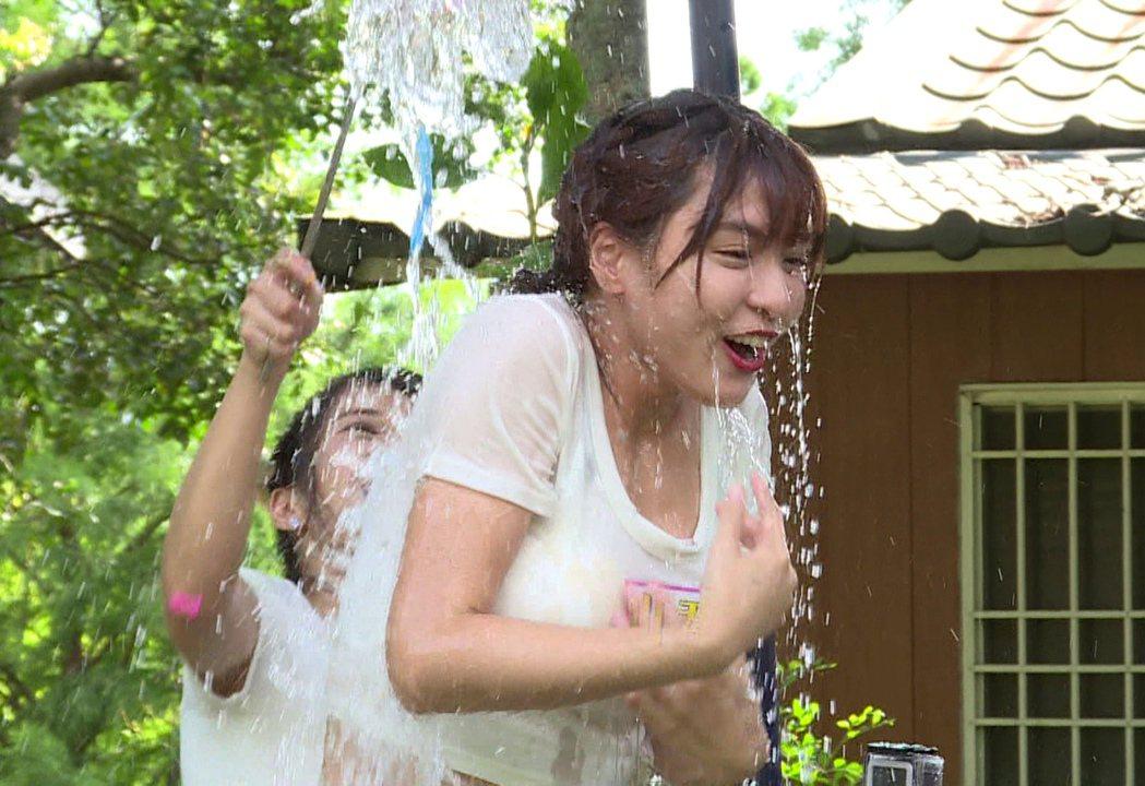 峮峮被淋濕處罰。圖/台視提供