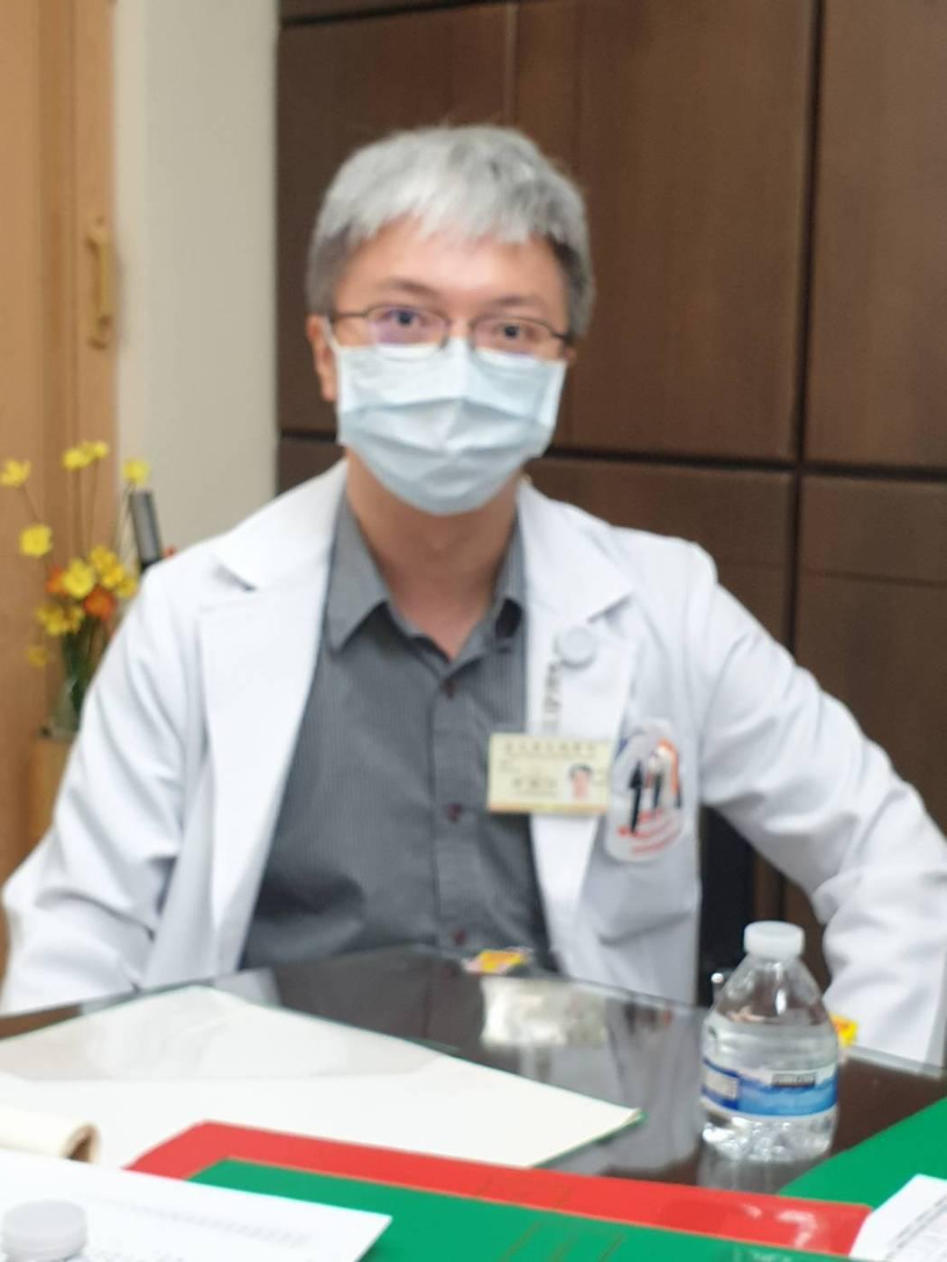 北榮心臟內科主治醫師周睿信曾跟過四次行程,每次出去,一手提著AED,還要揹著一個...