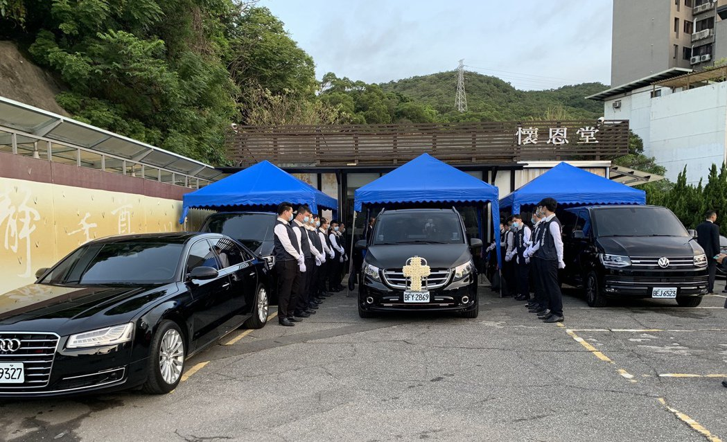 前總統李登輝移靈車隊上午從北榮離開,由警用機車開道,數百名台北榮總醫護人員列隊送...