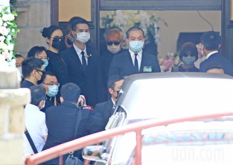 故前總統李登輝今天上午在台北濟南教會舉行追思禮拜,李登輝女兒李安妮(右二)、女婿賴國洲(右四白口罩著)、孫女李坤儀(左六黑口罩)和夫婿趙贊凱(左二)等人親送靈柩上靈車。記者杜建重/攝影