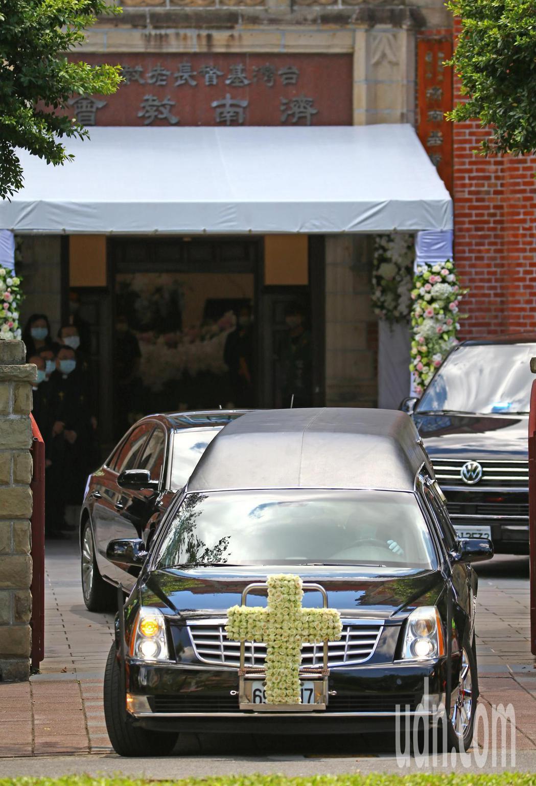 故前總統李登輝今天在台北濟南教會舉行入殮火化追思禮拜。結束追思禮拜後,出殯車隊出...