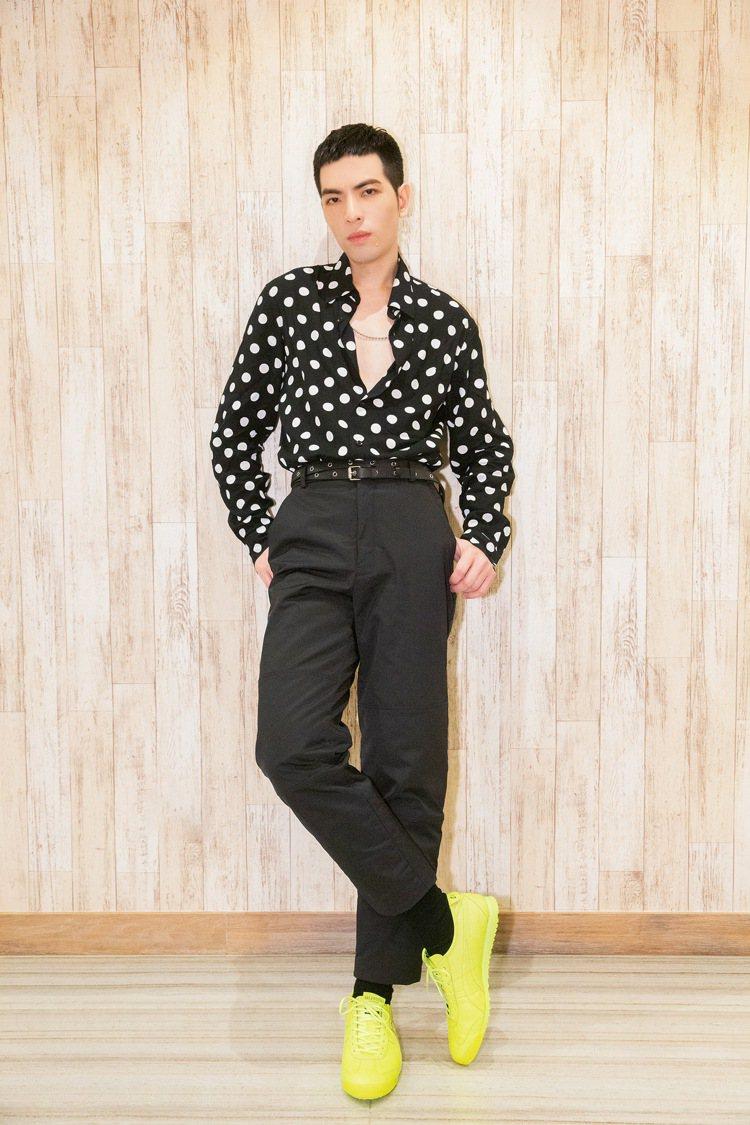 蕭敬騰穿sandro Homme黑色大白圓點襯衫7,190元,搭襯亮眼的VALE...