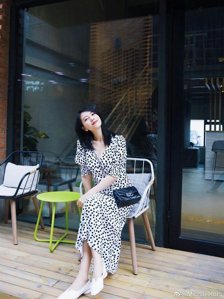 高圓圓穿MICHAEL KORS黑白波卡圓點裙裝,搭襯Cece包款展現浪漫女人味...