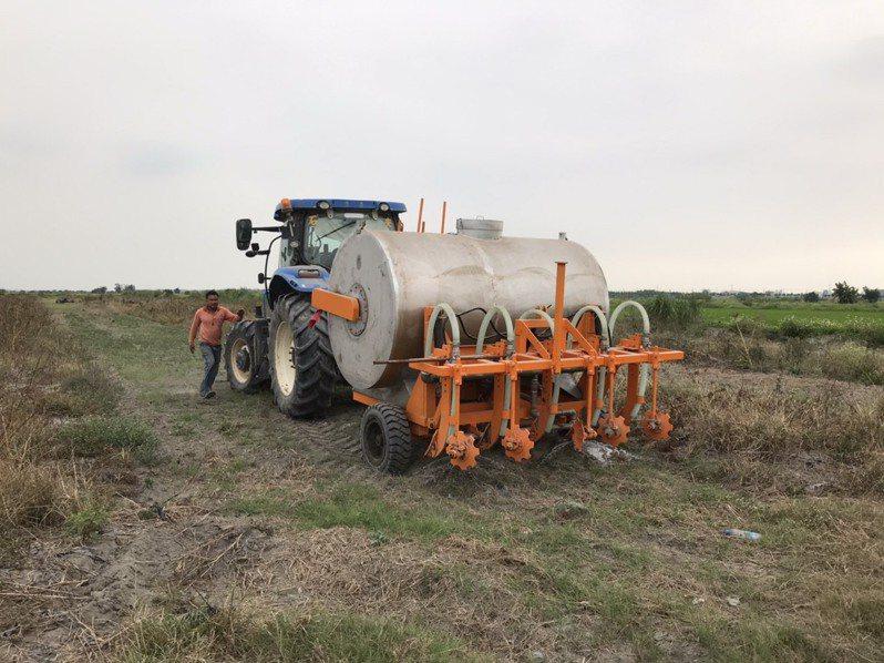 回收的畜牧廢水經由機具施灌到農田,可以讓農作物長得更好。圖/高雄市環保局提供
