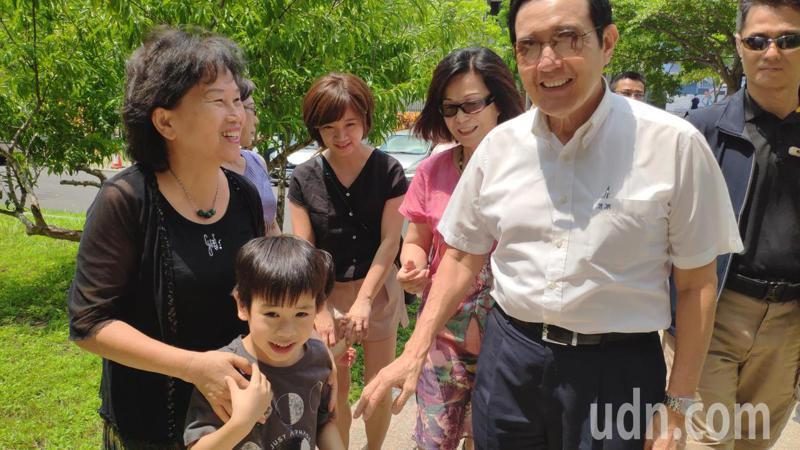 前總統馬英九(中)下午前往新營拜會酪農戶鄭雅文(右三),親友開心馬來訪。記者謝進盛/攝影