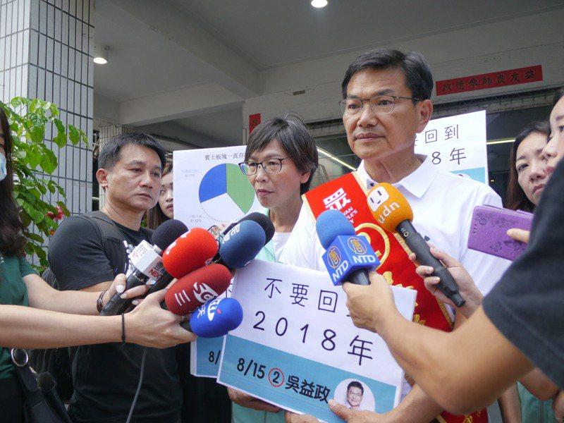 今天是選前最後一天,民眾黨高雄市長候選人吳益政深入各地掃街拜票,沒有舉辦大型造勢活動。記者徐白櫻/攝影