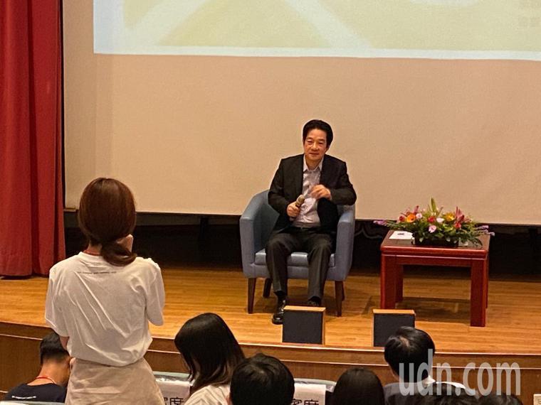 副總統賴清德今天到彰化市立圖書館與青年學子座談,被問到面對一波新冠肺炎疫情的因應...