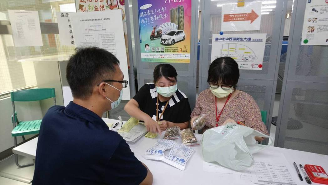 民眾拿中藥到台中市衛生局申請檢驗。圖/台中市衛生局提供