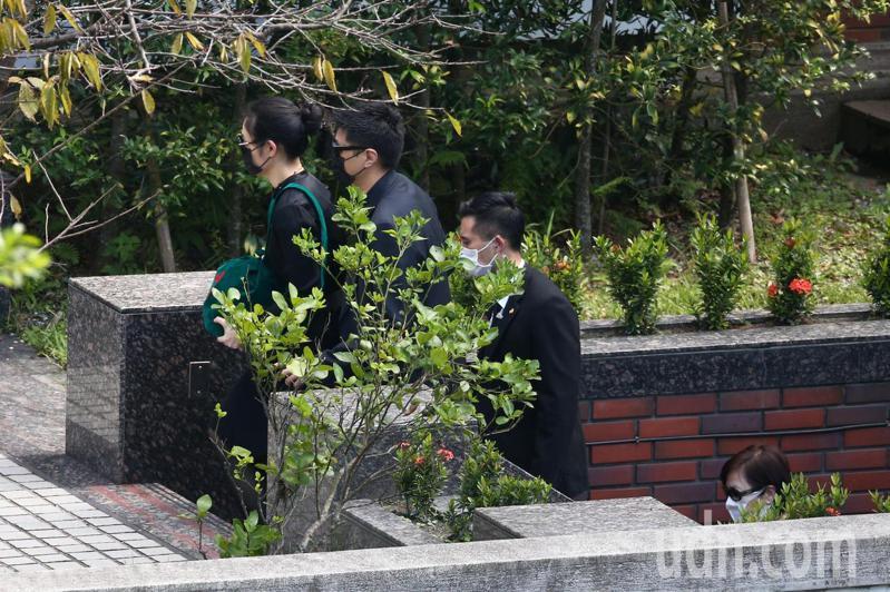 孫女李坤儀(左一)、孫女婿趙贊凱(左二)下午捧著前總統李登輝綠色的骨灰罈,回李登輝生前居住的翠山莊。記者蘇健忠/攝影