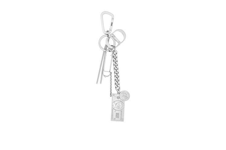 灰色金屬別針與鈔票造型鑰匙圈,31,500元。圖/DIOR提供