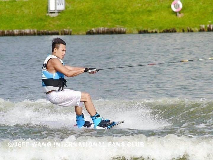 王建復大玩水上運動。圖/摘自臉書