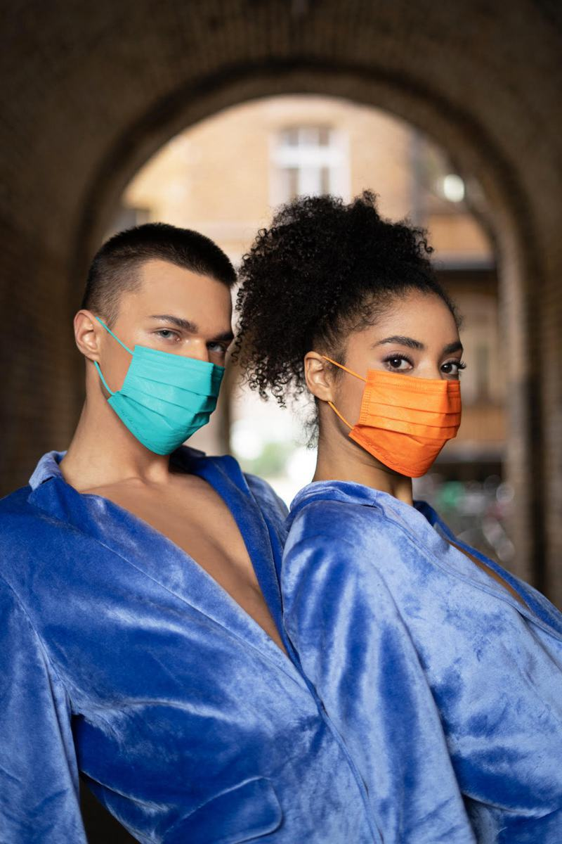 彩色口罩始祖-CSD中衛擁有30多種各色口罩,其中月河藍、潮橘,不僅被消費者譽為精品色系,也被知名時尚雜誌特別報導。圖/中衛提供