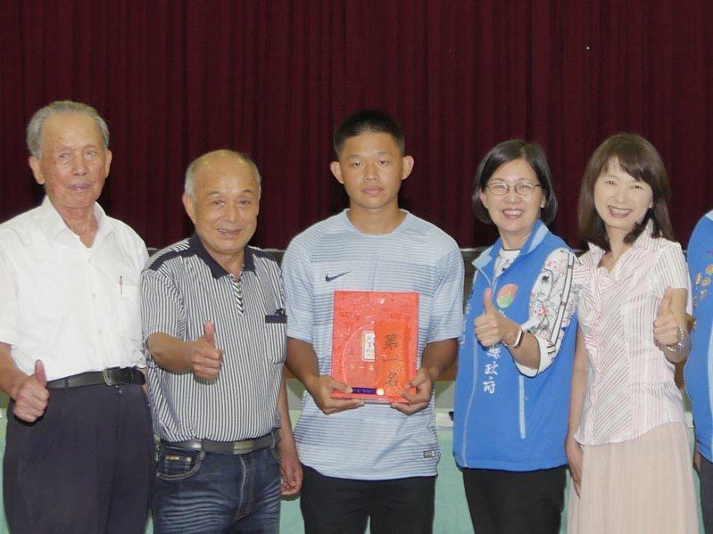 20歲青年稻農陳成禮(中)種出的稻米獲竹北冠軍米封號,將代表參加台灣稻米達人全國賽。圖/縣府提供