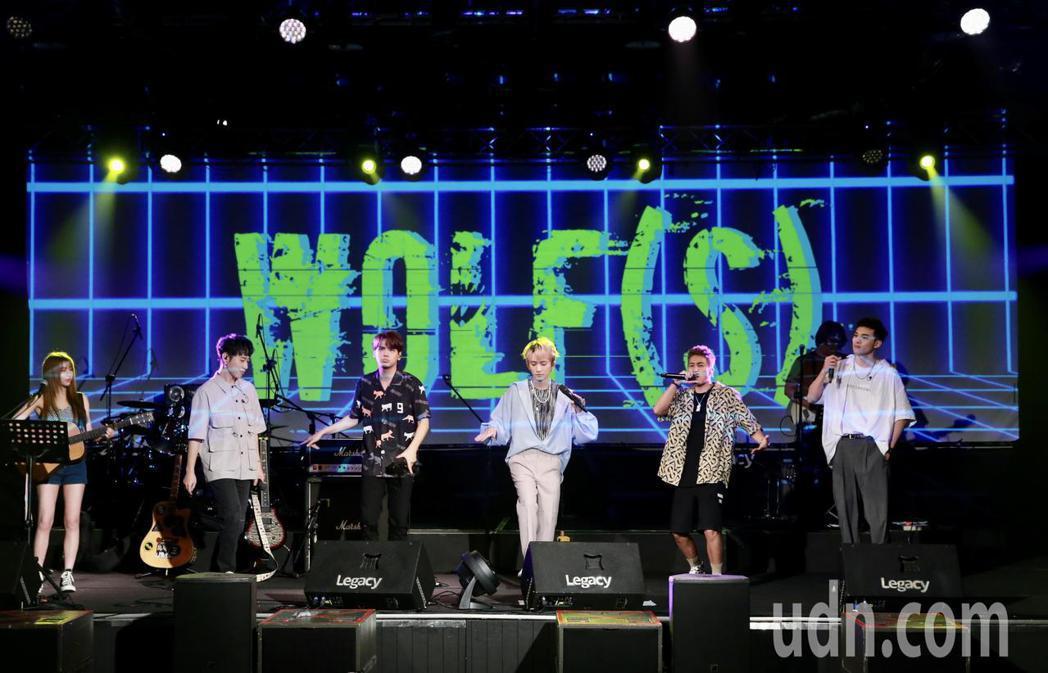 邱鋒澤(中)晚間在華山文創園區舉辦演唱會,與五堅情團員陳零九(左三)黃偉晉(右)