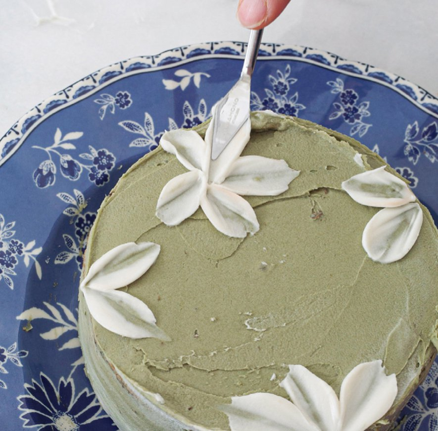 抹茶米戚風蛋糕簡單裝飾增加精緻度。圖/台灣廣廈提供