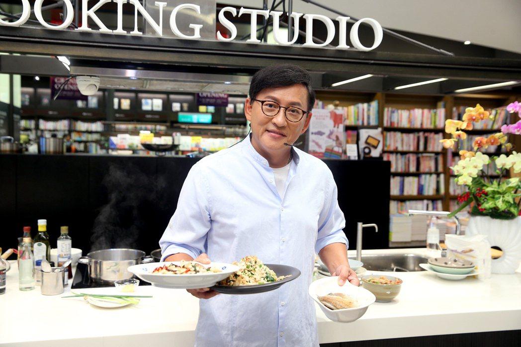 詹姆士親自料理快手菜。記者余承翰/攝影