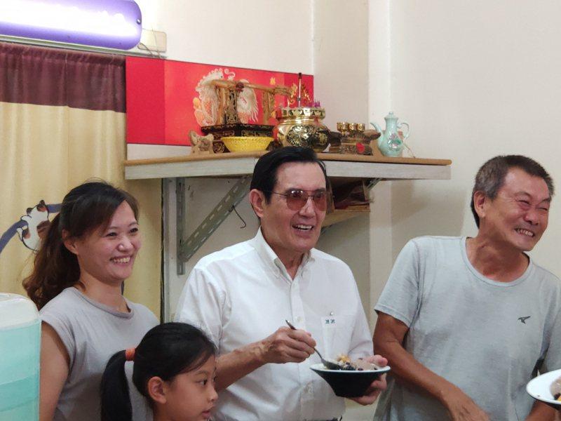 前總統馬英九(中)下午在台南新營吃冰消暑,開心與商家合影。記者謝進盛/攝影