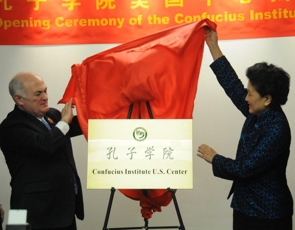 圖為2013年11月20日,孔子學院美國中心在華盛頓正式成立,時任大陸國務院副總...