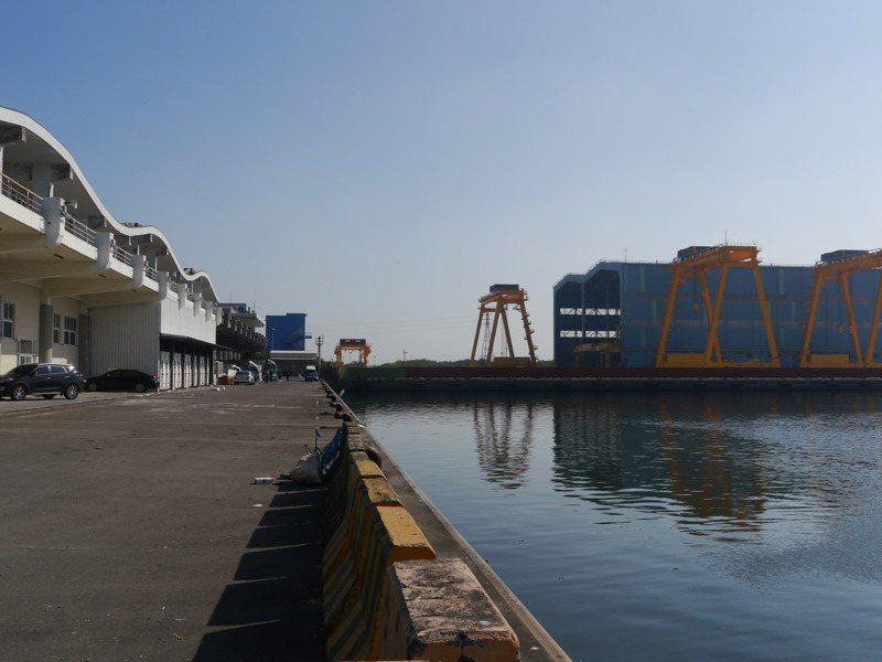 中鋼興達海基在興達港旁設立廠房,疏濬工程從3月停工至今。 本報資料照片