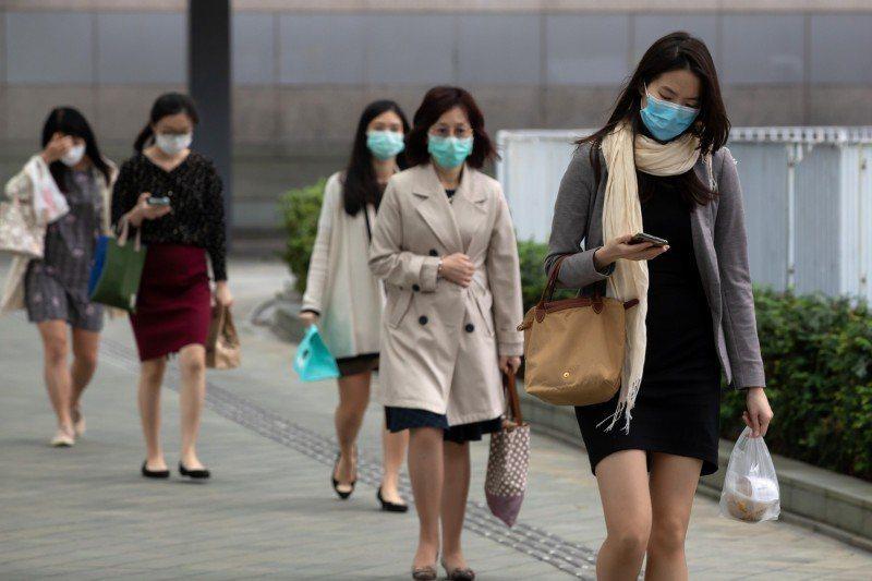 香港新冠肺炎疫情數據連日趨緩。圖/取自彭博