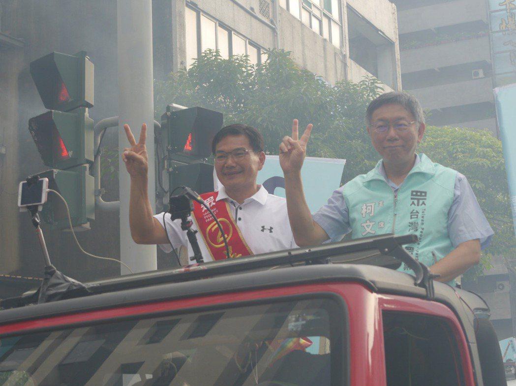 選前之夜,民眾黨主席柯文哲(右)陪同高雄市長候選人吳益政(左)掃街至晚上爭取選民...