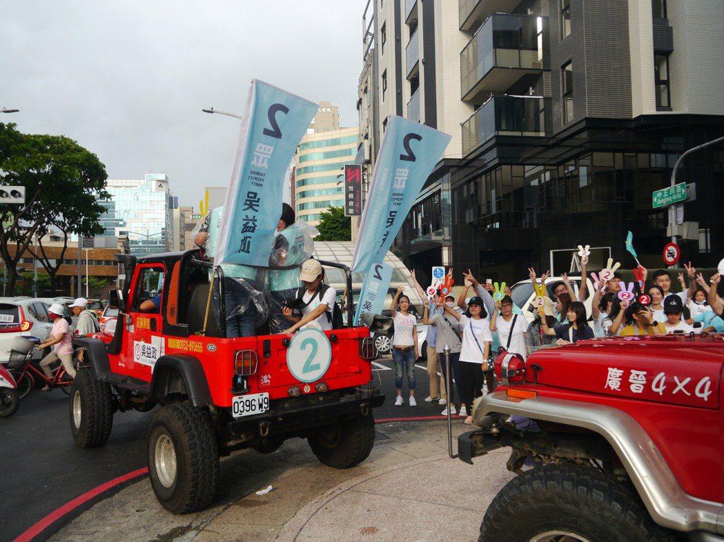 選前之夜,民眾黨發動掃街爭取支持。記者徐白櫻/攝影